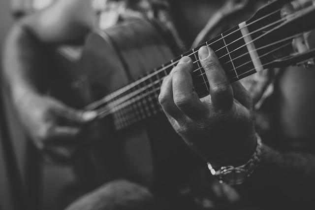 Ein Mann spielt auf der Gitarre