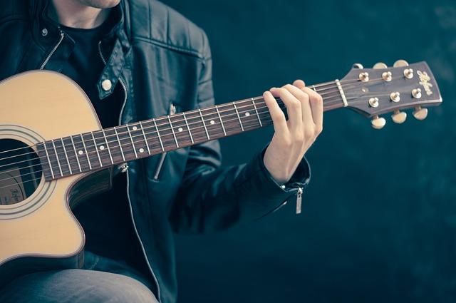Ein Mann spielt auf einer Gitarre.