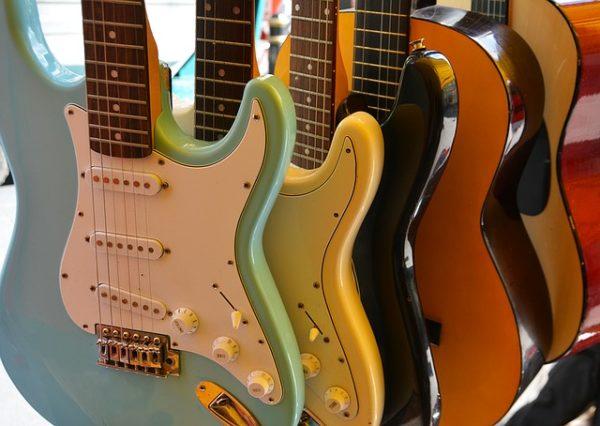 Mehrere E Gitarren stehen hintereinander