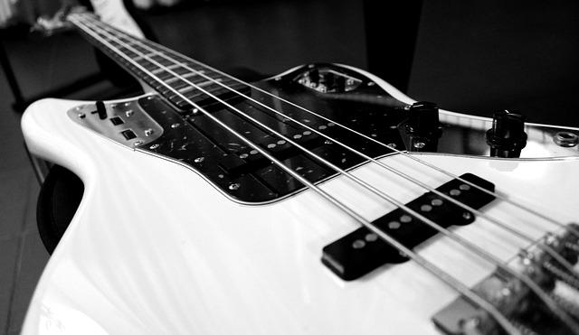 Eine Bassgitarre in weißer Farbe.