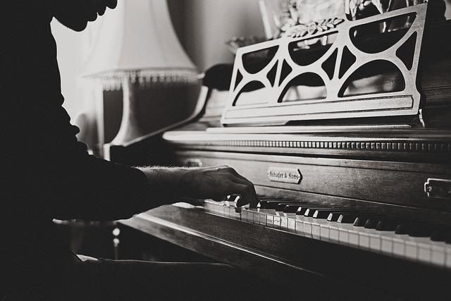 Ein Mann spielt auf einem Klavier.