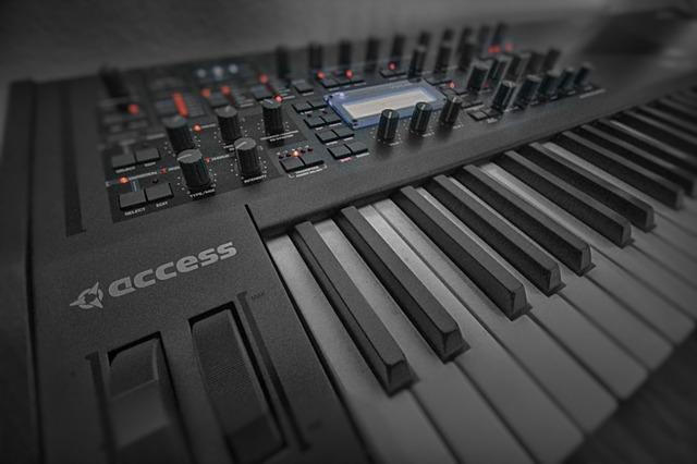 Ein Keyboard mit vielen Knöpfen und Regler.