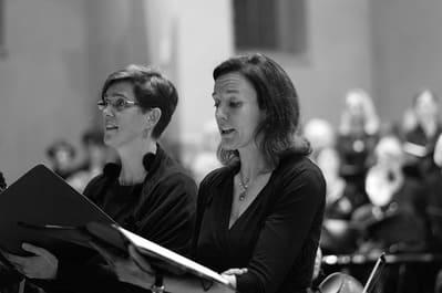 Zwei Frauen singen