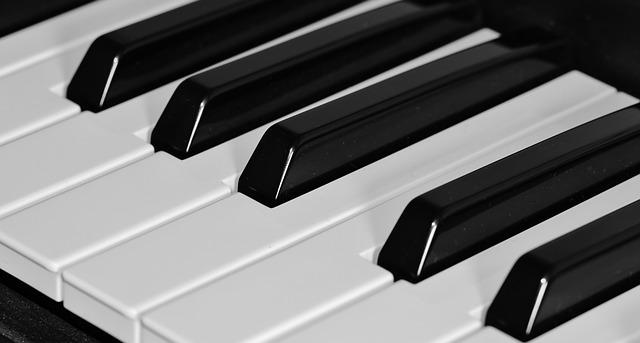 Eine weiß schwarze Keyboardtastatur.