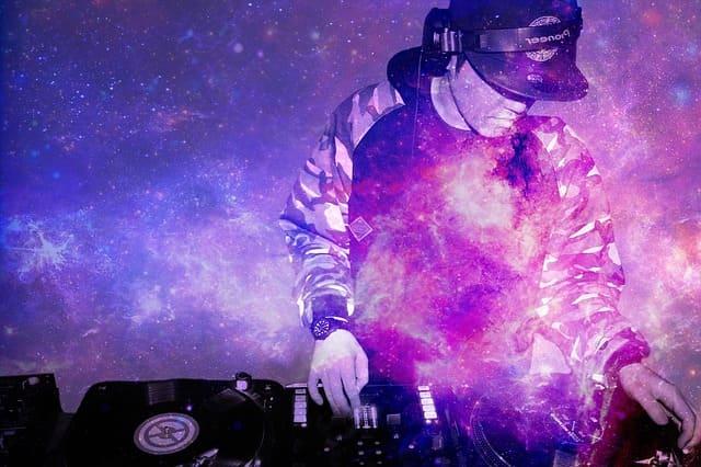 Ein DJ im Club.