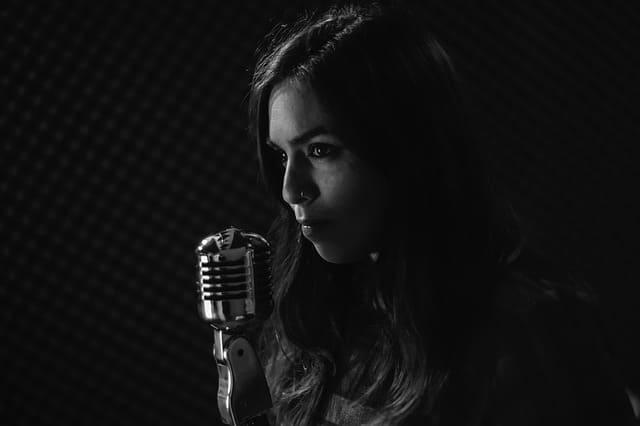 Eine junge Frau singt.